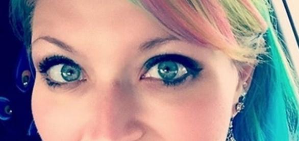 A enfermeira americana foi envergonhada em loja, só por ter cabelo colorido