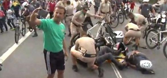 Homem tira selfie durante acidente na passagem da tocha olímpica