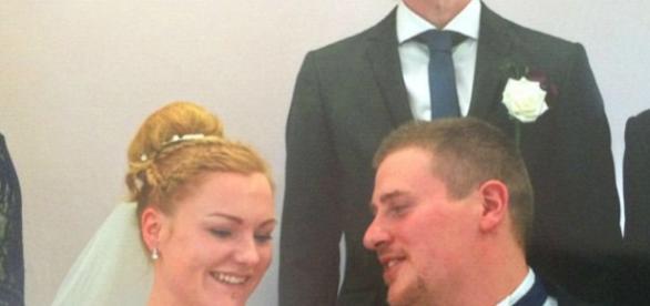 Oliver com a noiva Grace no dia do seu casamento