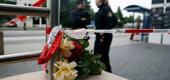 Múnich homenajea a las víctimas con flores repartidas por la ciudad