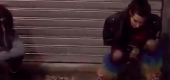 Ellen Milgrau faz xixi no meio da rua / Imagem reprodução internet.