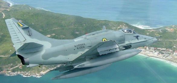 AF-1 Skyhawk da Marinha do Brasil caiu no mar após colisão