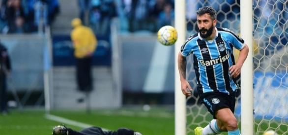 Grêmio bate o São Paulo e se aproxima dos líderes