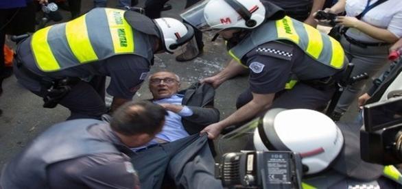 Momento em que Eduardo Suplicy foi detido pelos policiais
