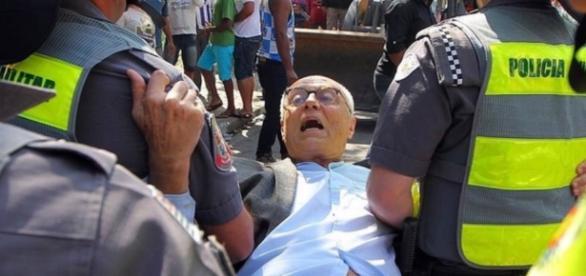 Policiais carregam Eduardo Suplicy que também estava protestando