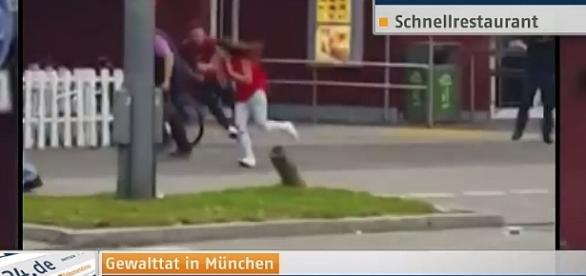 Terroryści mają broń - normalni ludzie w Niemczech tylko nogi. YouTube: Amoklauf von München Hier die neuesten Entwicklungen