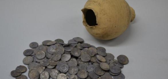 Un estudiante de Jerez encuentra 200 denarios en el yacimiento de ... - publico.es