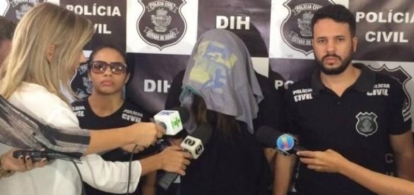 Zaccarelli, após ser detida, ao lado foto da criança envolta em sacolas (Divulgação/Polícia Civil).