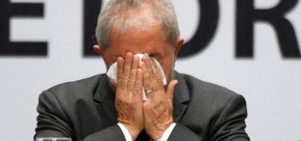 Lula assoa o nariz em evento - Foto/Montagem