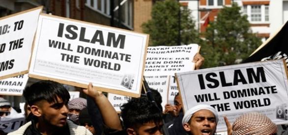 Musulmani tineri, frumoși dar puturoși și gata de omoruri