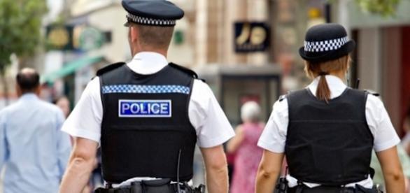 Polițiști în patrulă într-un oraș din Marea Britanie