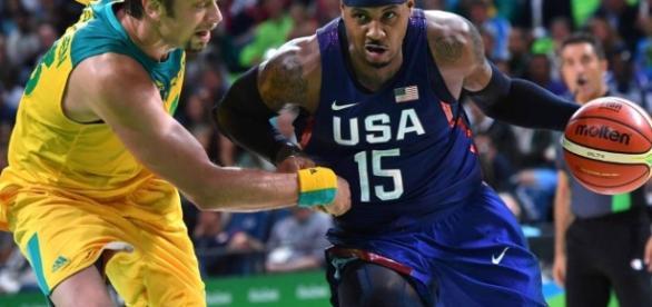 Carmelo Anthony supera a David Andersen en una acción del partido