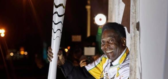 dos emblemas del deporte mundial, la llama olímpica y Pelé
