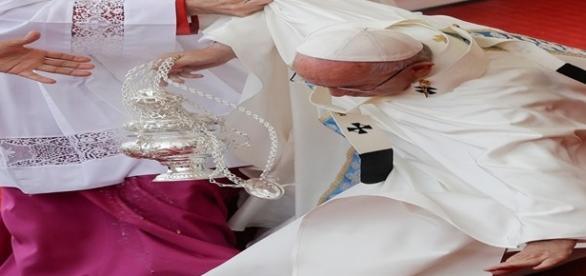 Papa Francisco sofreu uma queda durante cerimônia religiosa