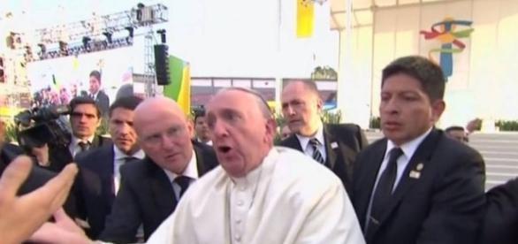 Vídeo mostra Papa Francisco caindo, durante celebração