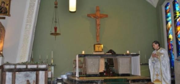 Un preot îmbină munca cu Sfânta Liturghie