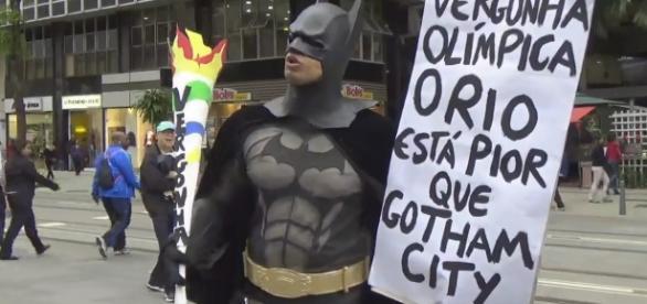 Batman se revolta com gastos olímpicos