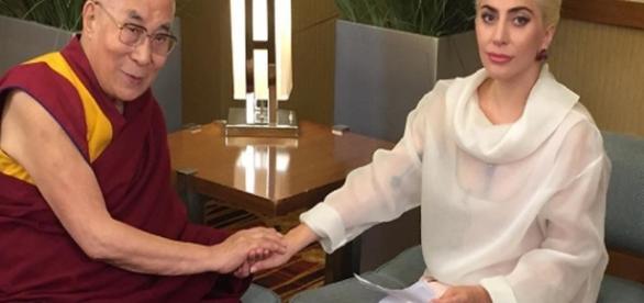 Lady Gaga ao lado de Dalai Lama