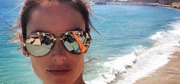 A modelo brasileira Alessandra Ambrósio de férias em Mykonos na Grécia