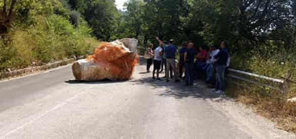 Provincia di Salerno: il masso che blocca la strada da un anno