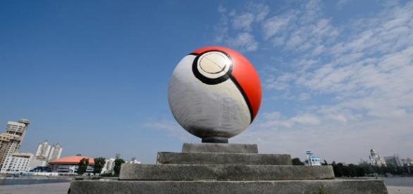 Alguien ha transformado este monumento en una Poké Ball - conectica.com
