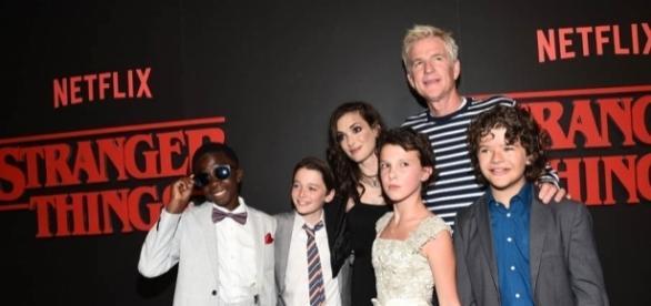 Elenco de Stranger Things reunido na premiere