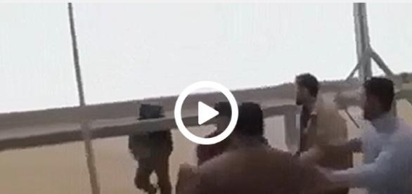 Izraelski żołnierz najpierw każe się cofnąć, a następnie zaczyna mierzyć z karabinu w stronę szturmujących granicę.