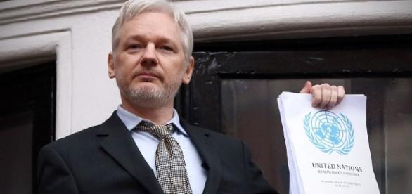 Julian Assange non rivela la fonte che gli ha permesso di pubblicare i documenti di 'emailgate'