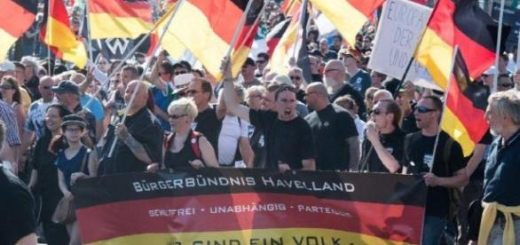 La ultra-derecha alemana protesta en Berlín contra Merkel - com.pa