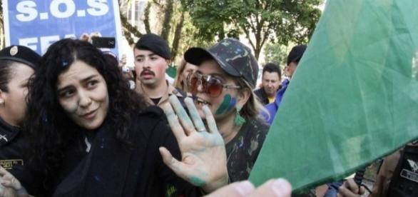 Manifestantes cercaram Letícia Sabatella