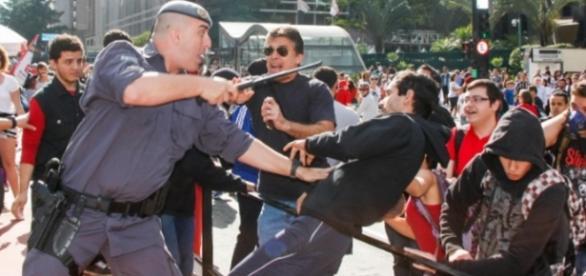 Manifestantes tentam agredir fãs de Bolsonaro