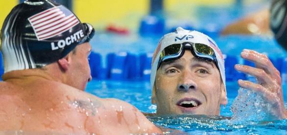Michael Phelps e Ryan Lochte celebram a classificação em uma competição marcada por renovações