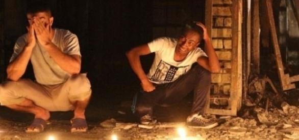 Personas muy afectadas delante de las velas en recordatorio a las victimas