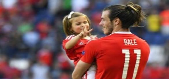 Gareth Bale brincando com a filha Alba