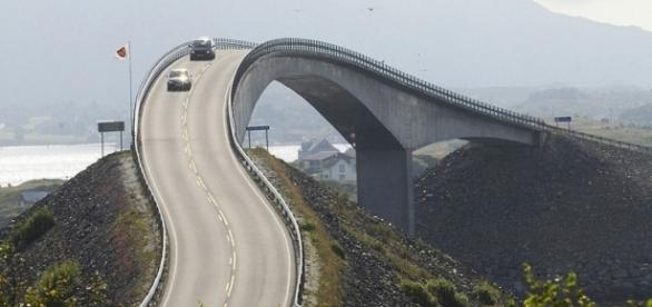 A perigosa estrada que assusta e atrai motoristas