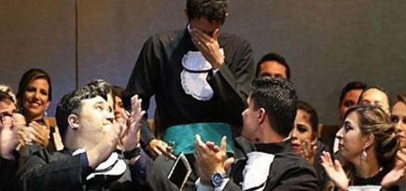 Em meio a plantação de cana, o homem agora exibe seu jaleco de médico