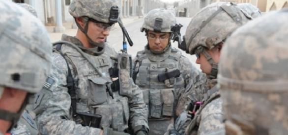 Militares reunidos hablando sobre su estrategia