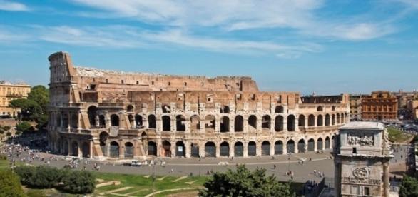Una vista panoramica del Colosseo a Roma