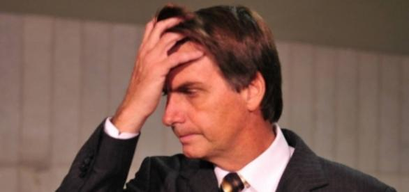 Vídeo: Bolsonaro 'pula pra galera' e leva grande tombo