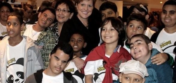 Cláudia Bonfiglioli, ao centro, com crianças e adolescentes, portadores de câncer, assistidos pela Casa Hope