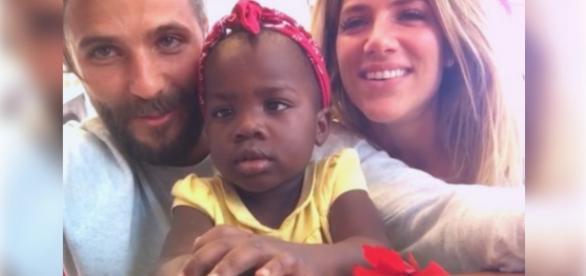 Bruno e Giovanna são criticados após adotarem criança africana