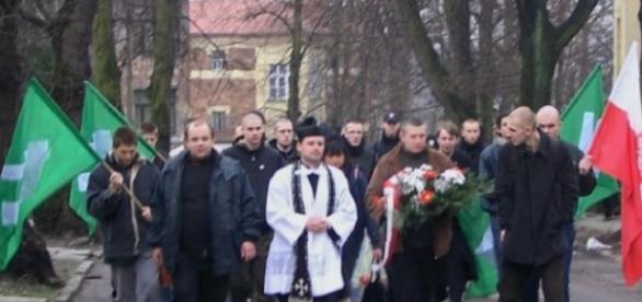Drużyna ONR w marszu z kapłanem na czele