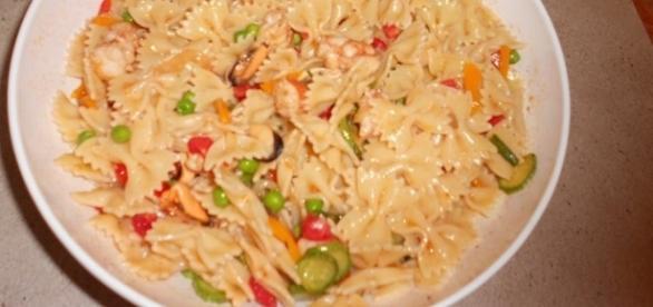 Pasta fredda con curry, verdure saltate e gamberoni argentini