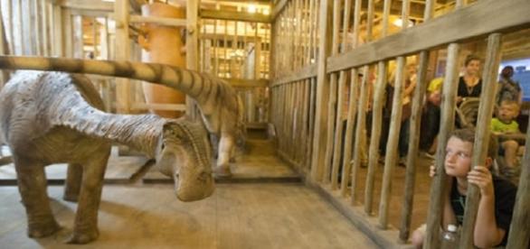 Reproducciones de una pareja de dinosaurios en el Arca de Ken Ham en Kentucky.