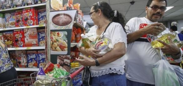 Venezolanos compran en mercados de Cúcuta.Foto de Carlos Ramirez.