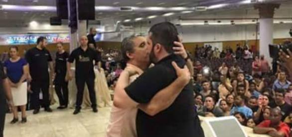 Vídeo explicou o suposto beijo