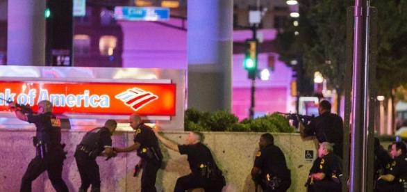 Polițiștii din Dallas încearcă să localizeze și să anihileze lunetistul - Foto: Associated Press