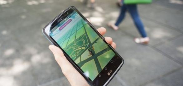 Usuario utilizado Pokemon Go en la vía publica
