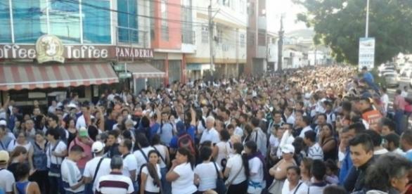 Venezolanos se acercaron a la frontera para llegar a territorio colombiano y comprar alimentos