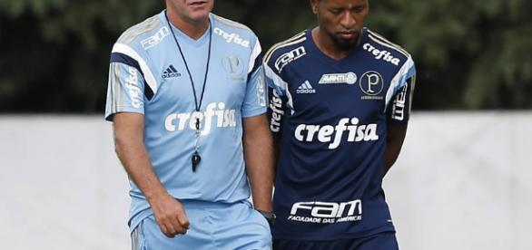 Cuca e Zé Roberto conversam durante treino